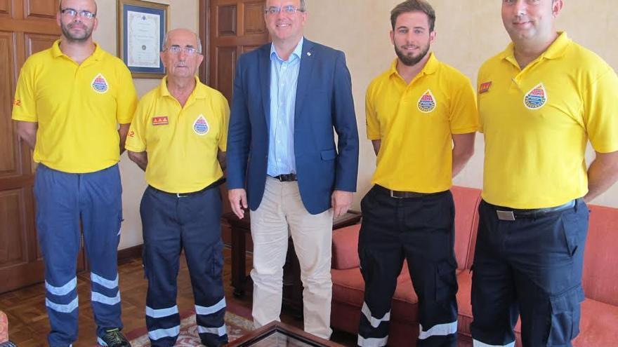 El presidente del Cabildo con cuatro miembros de AEA.