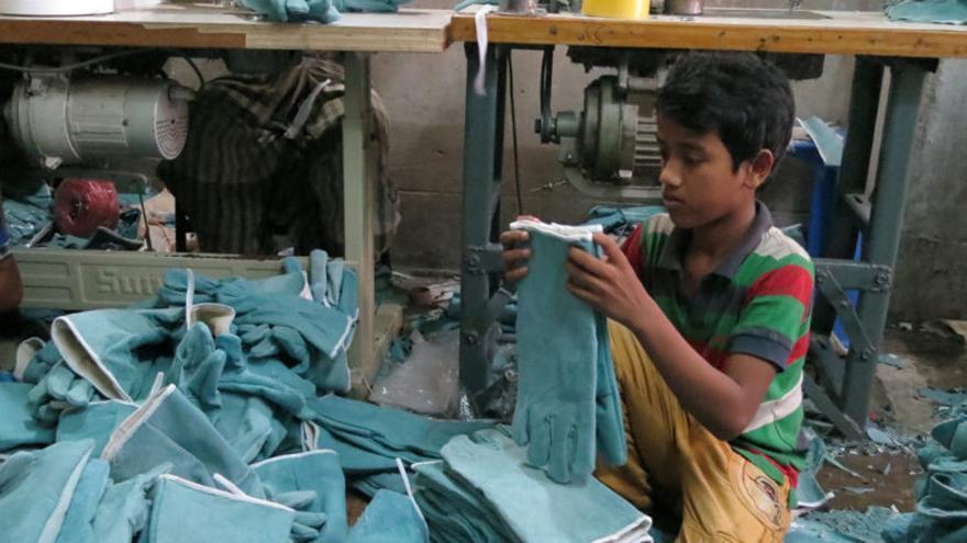 Nazmul trabaja 8 horas en este pequeño taller de Dhaka.
