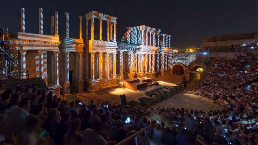 El Festival de Teatro Clásico llena cada año las gradas del teatro romano de Mérida.