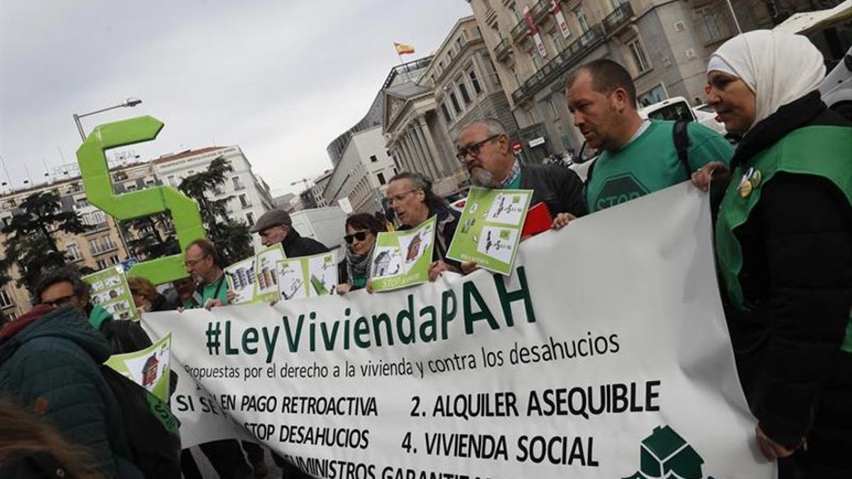 Activistas de la PAH protestando frente al Congreso