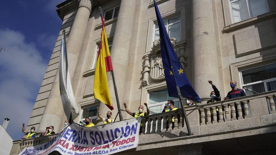Personal de Alcoa encadenado en la sede de la Subdelegación del Gobierno en Lugo