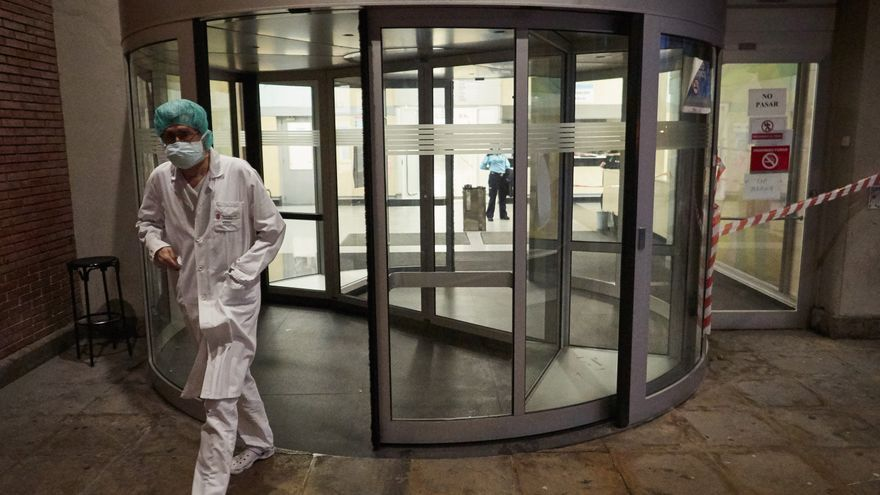 Archivo - Personal sanitario del Hospital de Navarra en el Servicio de Urgencias durante la cuarta semana de confinamiento por el Estado de Alarma decretado por el Gobierno de España con motivo del coronavirus, COVID-19. En Pamplona, Navarra (España) a 7