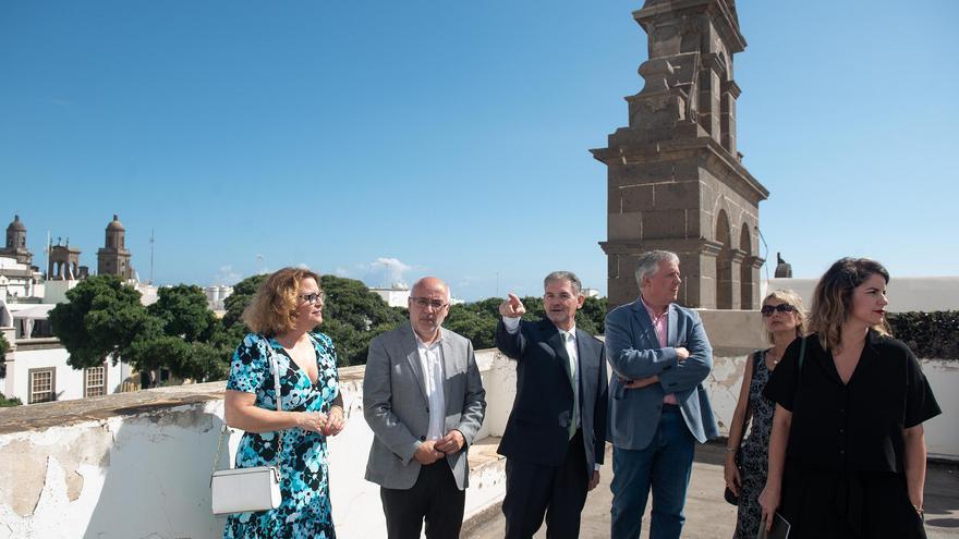 El presidente del Cabildo de Gran Canaria junto a los miembros de la Fundación Alfredo Kraus y técnicos insulares en el antiguo internado de San Antonio.