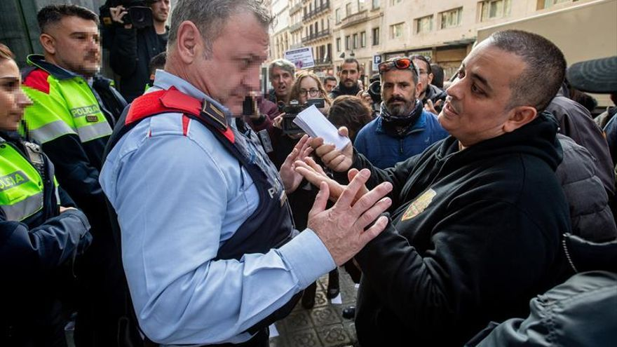Taxistas de Barcelona protestan contra Competencia lanzando billetes falsos