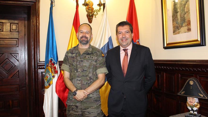 El capitán Hernández Oliva y Juan José Cabrera.