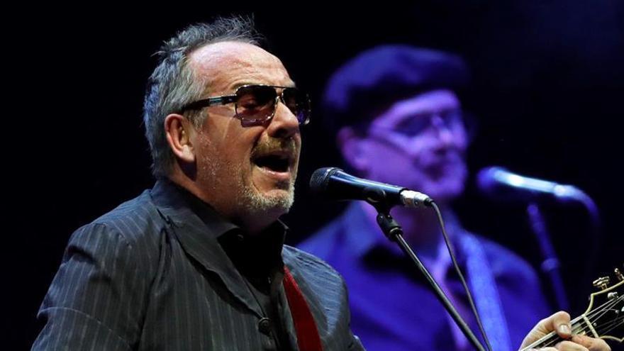 Elvis Costello se mete en un jardín en su última gira española