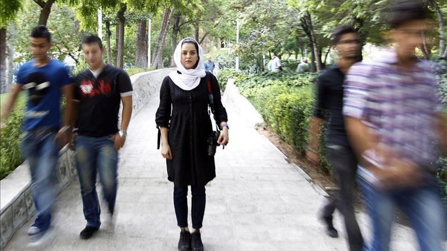 Una fotógrafa iraní devuelve un premio de 50.000 euros por defender su obra