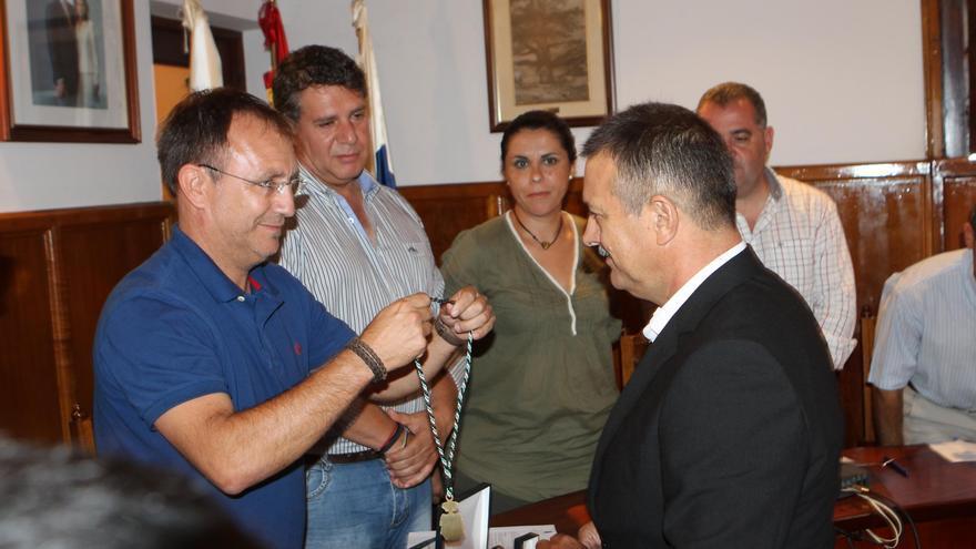 El alcalde de El Paso, Sergio Rodríguez, le pone la medalla de concejal del municipio a José Francisco González, nuevo edil del PP.