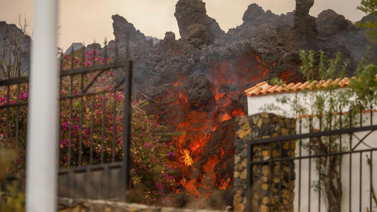 Lava arrasando una vivienda en La Palma