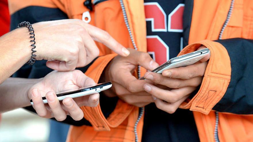 Los teléfonos móviles han sido indispensables compañeros de viaje para muchos refugiados en su éxodo hacia Europa /  Flickr: G. Kraftschik. CC-BY