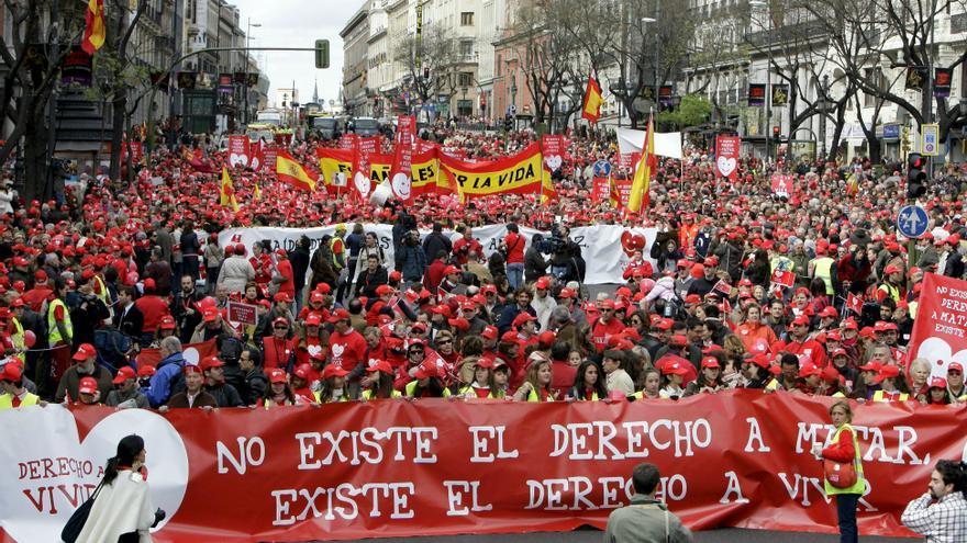 ESPAÑA-MANIFESTACIÓN:MD06 MADRID, 29/03/09.- Asistentes a la manifestación convocada por un centenar de organizaciones ciudadanas para expresar su disconformidad con la reforma de la ley del aborto que prepara el Gobierno y reivindicar medidas de apoyo a la maternidad recorren la calle de Alcalá. a la altura del Ministerio de Igualdad, con banderas y pancartas.
