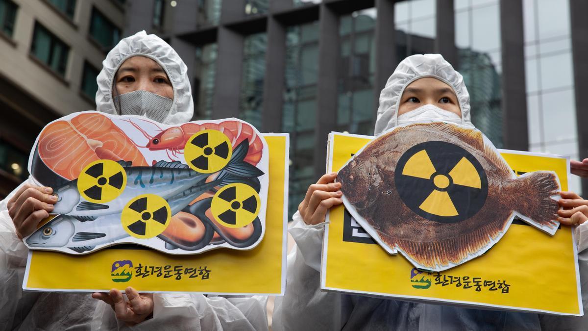 Miembros de un grupo ecologista realizan una protesta contra la liberación de agua radiactiva en el océano desde la Central Nuclear de Fukushima; cerca de la embajada japonesa en Seúl, Corea del Sur, 13 de abril de 2021.