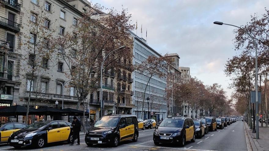 Los taxistas y los VTC de Barcelona continúan concentrados en Gran Via y Diagonal un día más