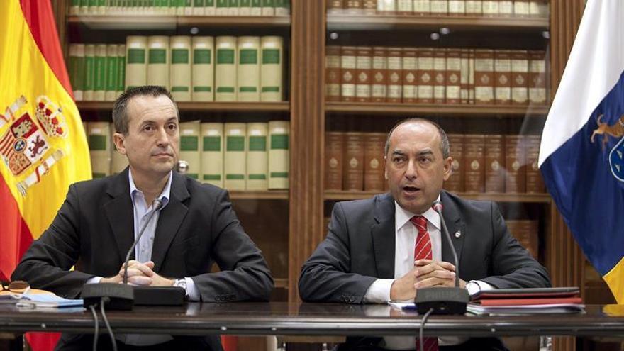 Los diputados del PSC-PSOE y de Coalición Canaria, Julio Cruz (d) y José Miguel Ruano (i), respectivamente.