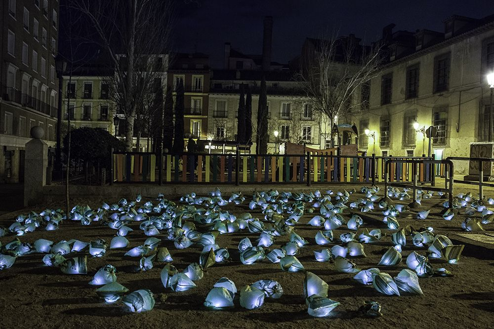 Excrementos luminosos ficticios en Comendadoras | LOLA MARTÍNEZ