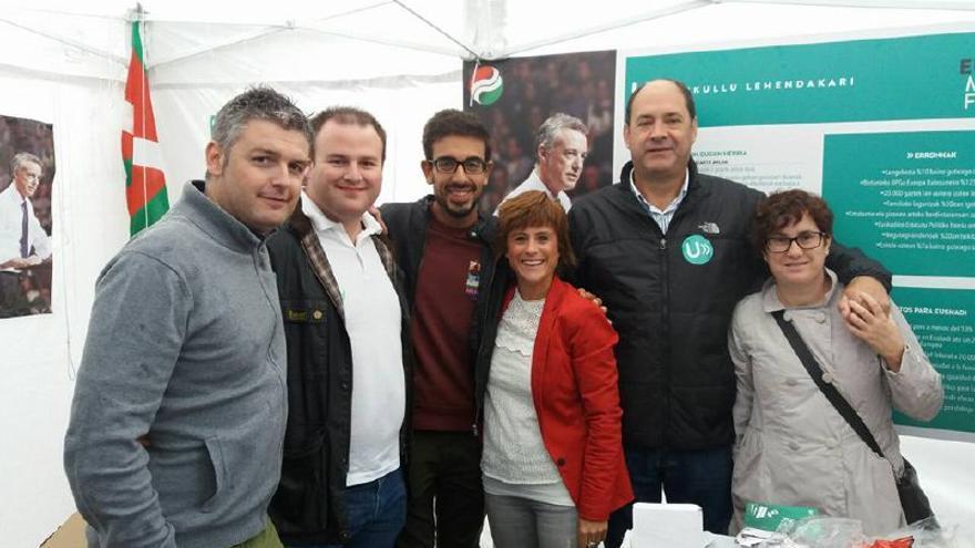 El alcalde de Llodio con la trabajadora del grupo Montai y miembro del PNV Onintze Gerra en un acto del partido nacionalista