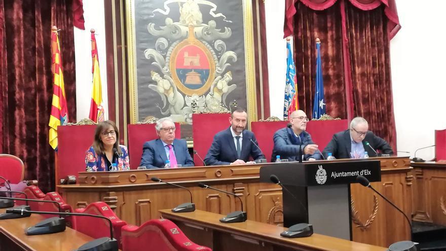 Los cuatro autores presentaron este viernes el libro junto con el alcalde de Elche en el salón de plenos del consistorio ilicitano.