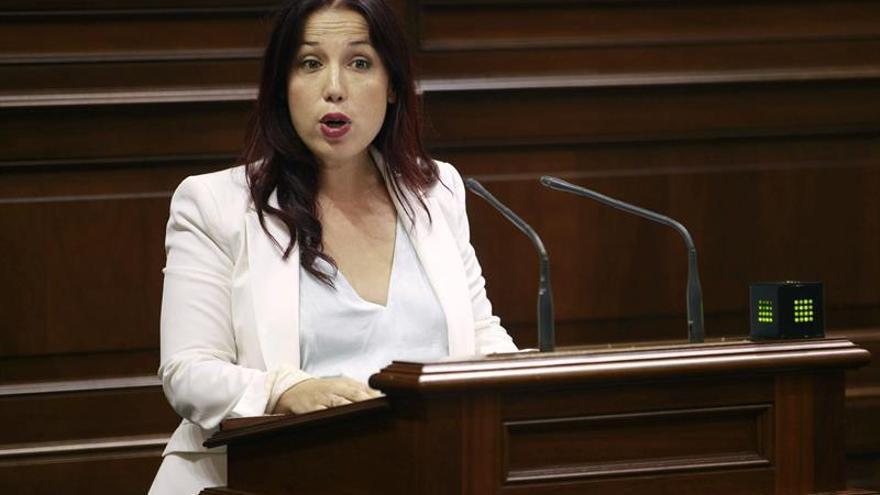 La presidenta del grupo socialista Patricia Hernández durante una de sus intervenciones en el debate de investidura del presidente del Ejecutivo regional, Fernando Clavijo. (EFE/Cristóbal García)
