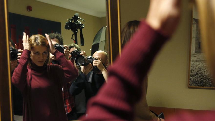 MADRID, 07/01/2016.- La secretaria general del Partido Popular (PP), María Dolores de Cospedal, se prepara para hacese la fotografía para su credencial en la Cámara Baja, donde ha formalizado su acta como diputada.