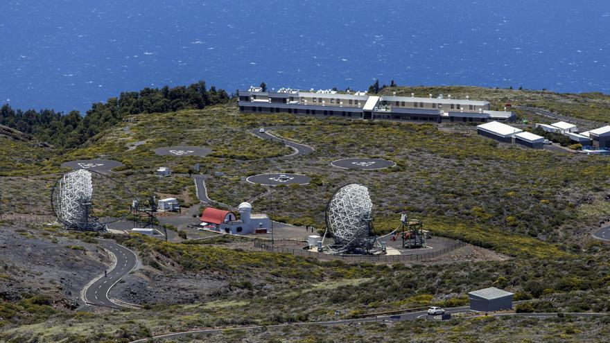 Imagen del entorno del Observatorio de Astrofísica de El Roque, con los telescopios Magic y, al fondo, la residencia del IAC.