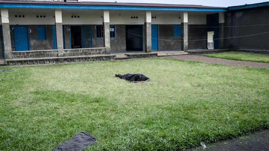 Enfermo sobre el césped del único centro psiquiátrico de Kivu del Norte. Foto: Patrick Meinhardt