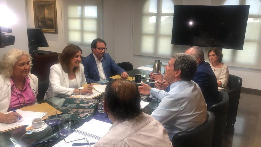 La portavoz del grupo municipal popular de València, María José Catalá (a la izquierda, en el centro), en la reunión con el presidente de la APV, Aurelio Martínez (frente a ella)