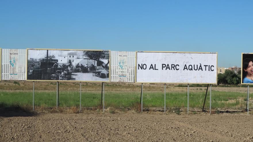 Los carteles de protesta contra el proyecto del parque acuático
