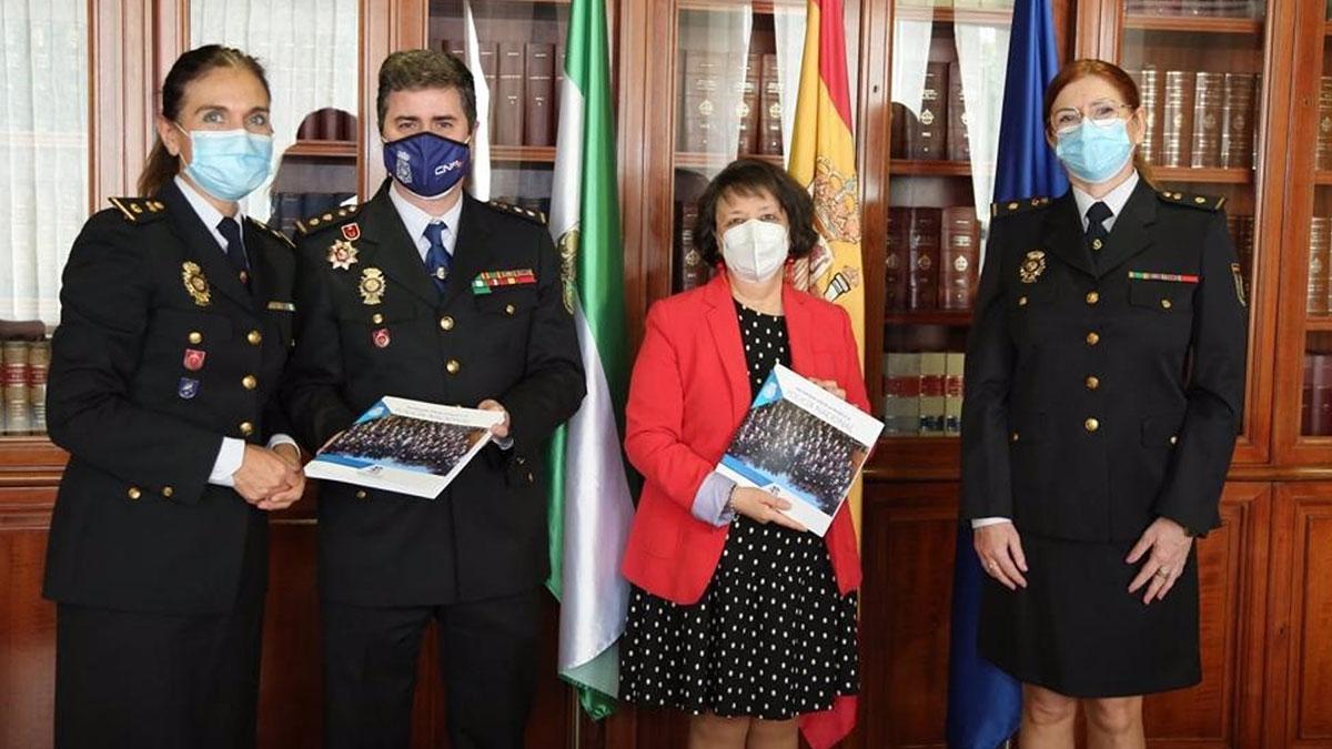 La inspectora jefa Ana Cambón entrega ejemplares del libro en conmemoración del 40º aniversario de la incorporación de la mujer en la Policía Nacional.