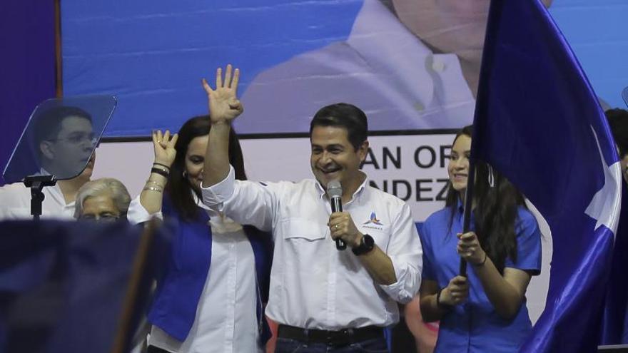 El presidente de Honduras toma juramento a tres funcionarios de su Gabinete