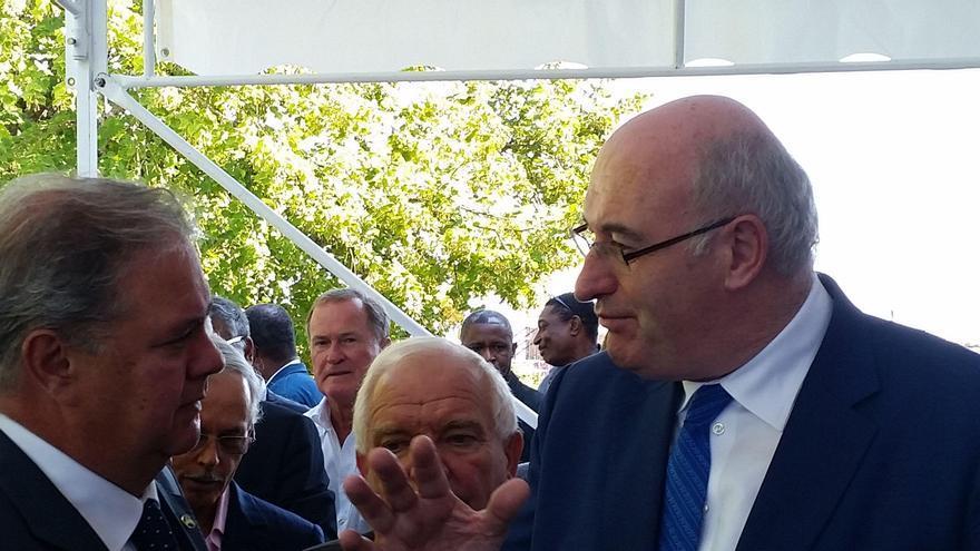 Henry Sicilia, presidente de Asprocan, conversa con el comisario europeo de Agricultura, Phil Hogan.