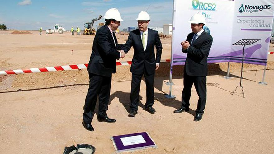 El exalcalde de Alcázar Diego Ortega coloca la primera piedra de la planta de neumáticos en octubre de 2014