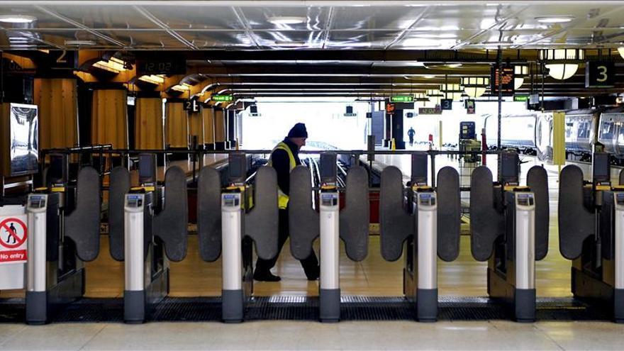 Evacúan la estación de Charing Cross en Londres por un incendio en un tren