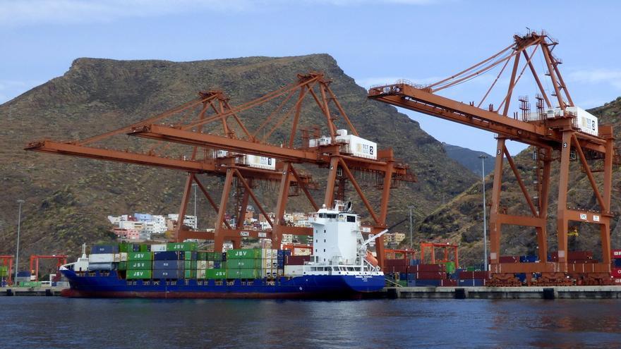 Terminal de Contenedores de Tenerife (TCT) en el puerto de Santa Cruz