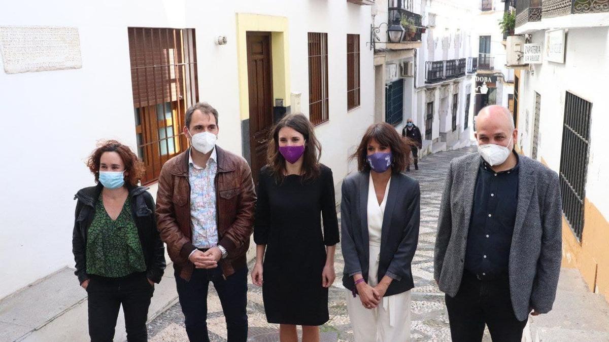 La ministra, con cargos de IU y Podemos