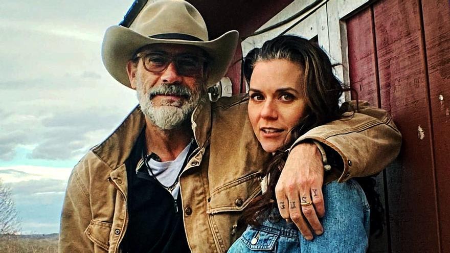 Jeffrey Dean Morgan y Hilarie Burton en una imagen promocional de su late show