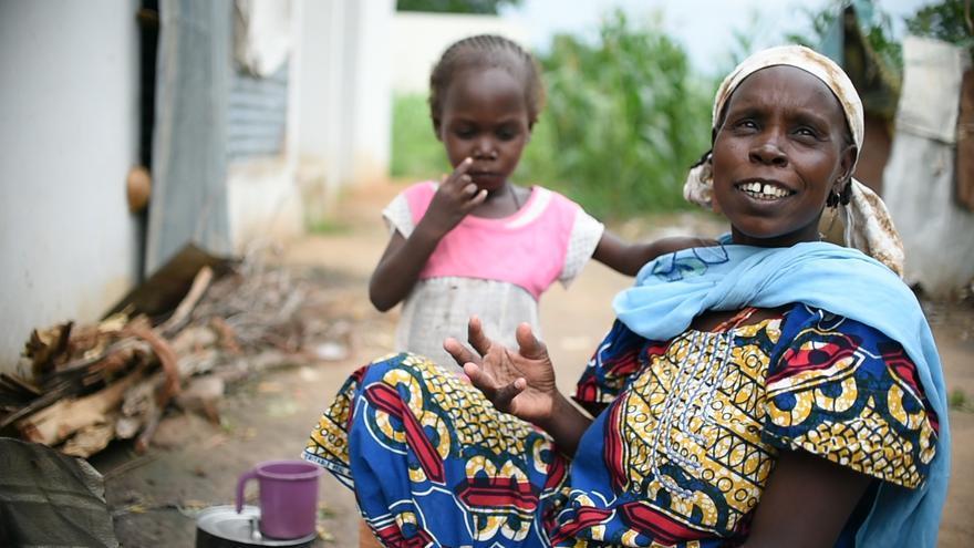 En Beni Shiekh, alrededor de un 30-40% de la población es desplazada, unas 33.000 personas, pero la cifra podría ser mucho mayor. Muchos de los desplazados viven con la población local pero muchos otros, se han asentados en edificios gubernamentales. Hay ocho campos identificados dentro de la ciudad y varios más, a las afueras. La principal fuente de ingresos para la población es recoger leña y luego venderla en la carretera. Fotografía: Ikram N'gadi.