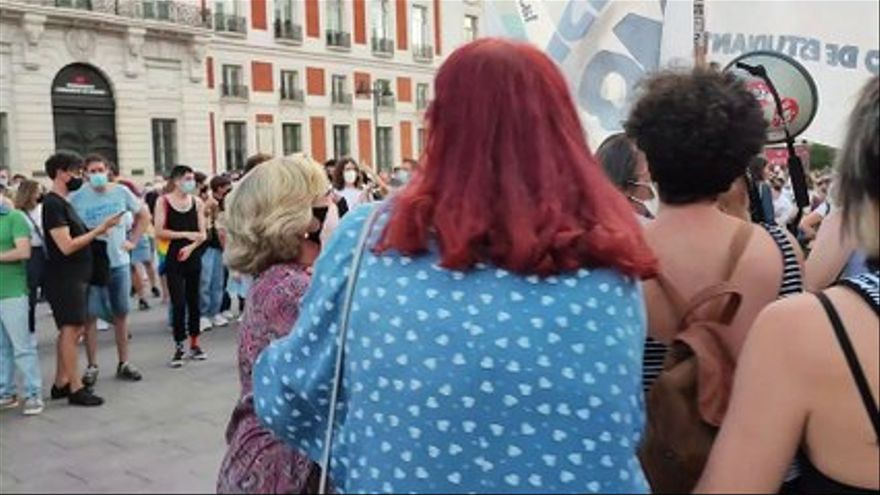 A woman rebukes those attending the demonstration against homophobic aggressions