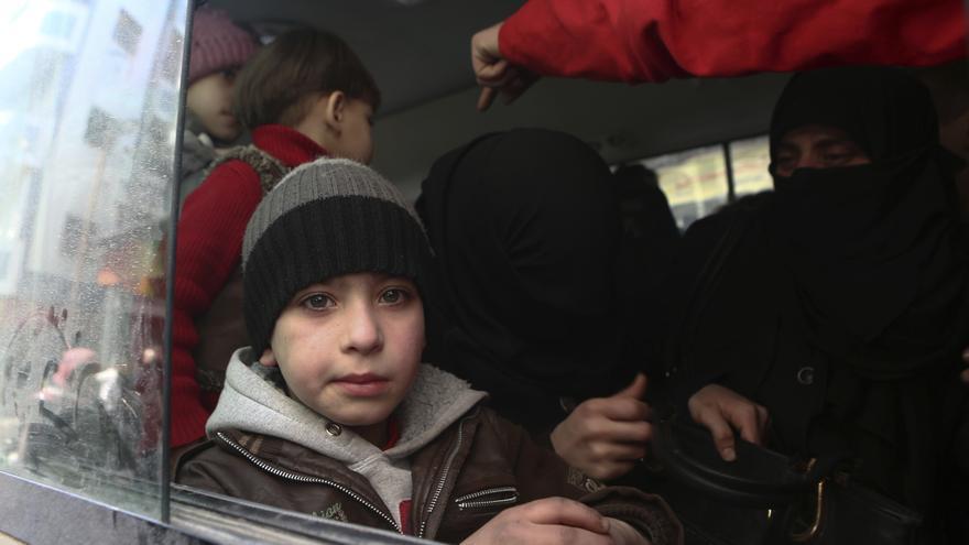 Un niño sirio en un autobús de la Media Luna Roja antes de ser evacuado de la ciudad sitiada por los rebeldes de Douma, en Guta // Samer Bouidani/picture-alliance/dpa/AP Images