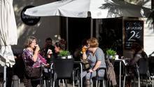 Imagen de archivo de varias personas en una terraza.