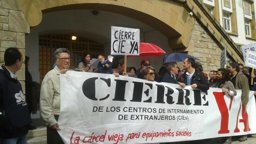 Imagen de una de las concentraciones para exigir el cierre definitivo del CIE de Algeciras.