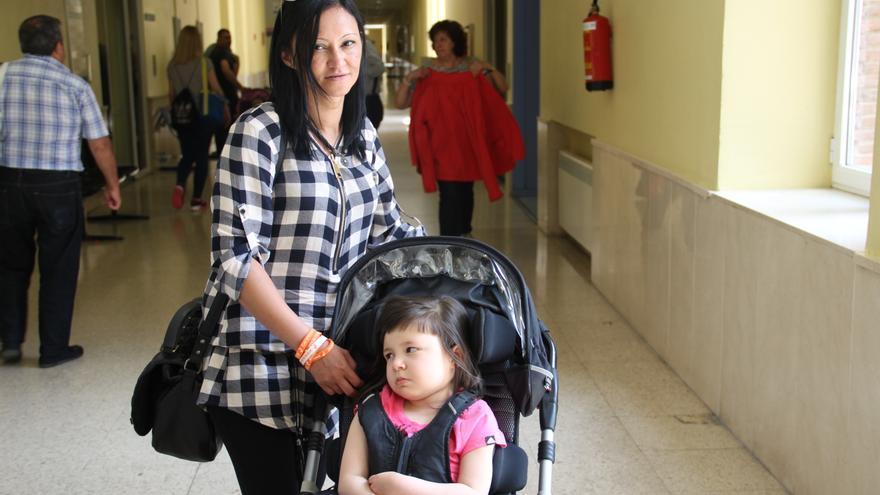 Meritxell, de cinco años, junto a su madre Bibiana en el hospital infantil Niño Jesús de Madrid. / S.P.