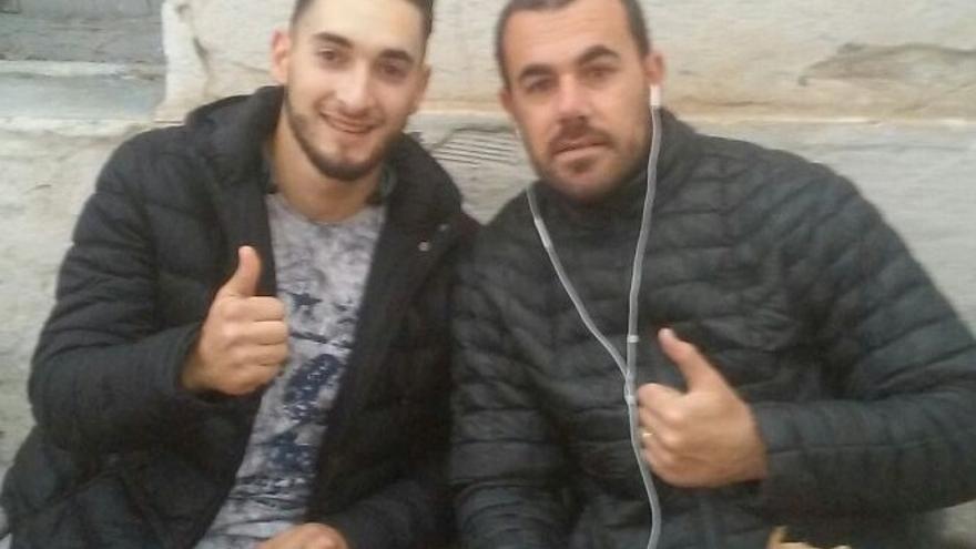 El joven rifeño aparece en la imagen junto a Nasser Zafzafi, líder del llamado Movimiento Popular de Alhucemas, detenido a finales de mayo.