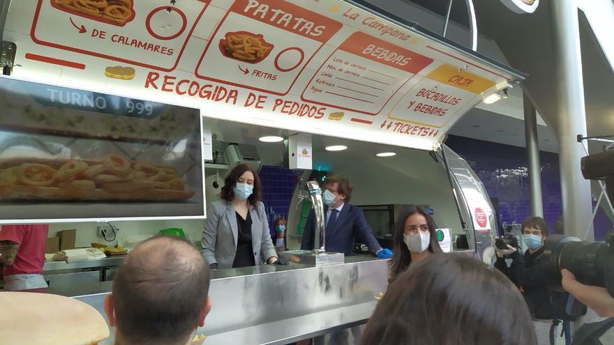 Ayuso y Almeida posan en un puesto de bocadillos el día de la clausura del hospital de campaña de IFEMA