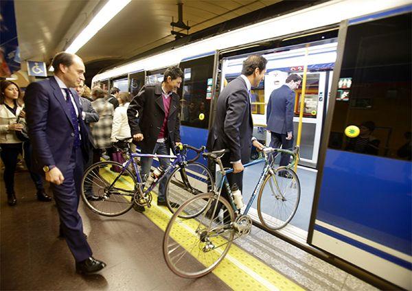 Imagen de archivo de los consejeros Cavero y Sarasola en la presentación del plan de acceso de bibicletas al Metro | Fotografía: Metro de Madrid
