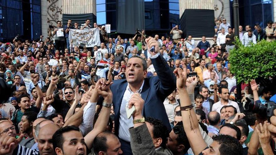 Sentencian a dos años de cárcel a la cúpula del Colegio de Periodistas egipcio