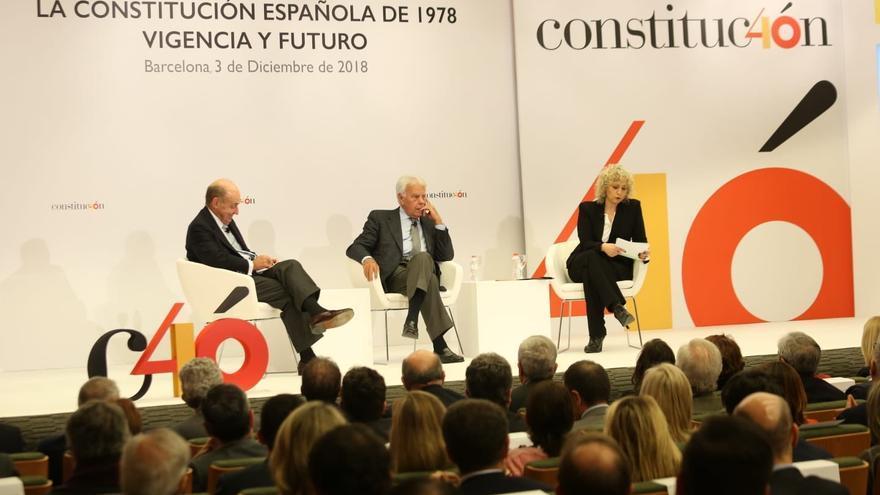 Miquel Roca, Felipe González y Mònica Terribas, en el acto celebrado por la Delegación del Gobierno