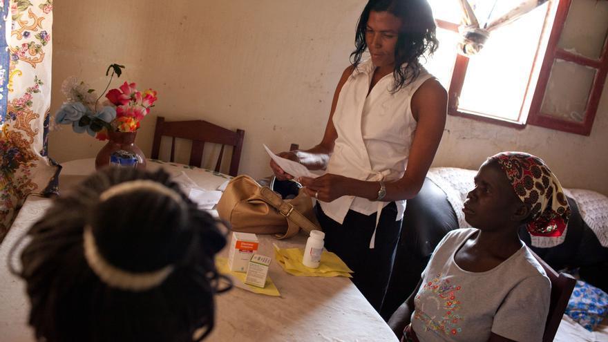 """Carmen: """"Voy al centro de salud a recoger los medicamentos para los miembros de mi grupo y para mí. En el grupo comunitario, somos como una familia y si alguien está enfermo vamos a buscarle agua o a limpiarle o a cocinarle"""". Fotografía: Brendan Bannon."""
