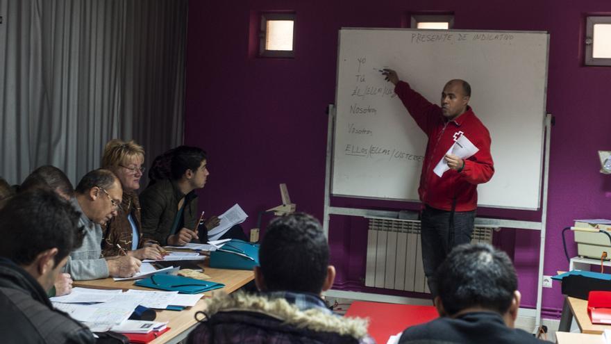 Las clases sirven también para facilitar la integración de los refugiados. | JOAQUÍN GÓMEZ SASTRE