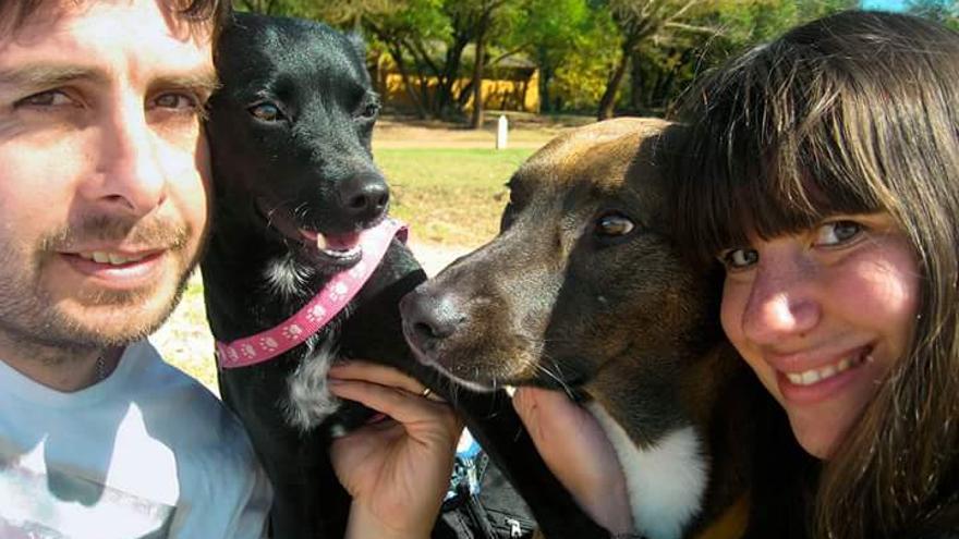 Piny con su familia: Gastón, Virginia y el perro Totón. La perra estuvo diez días perdida por Barajas tras lograr escapar del transportín en el que viajaba.