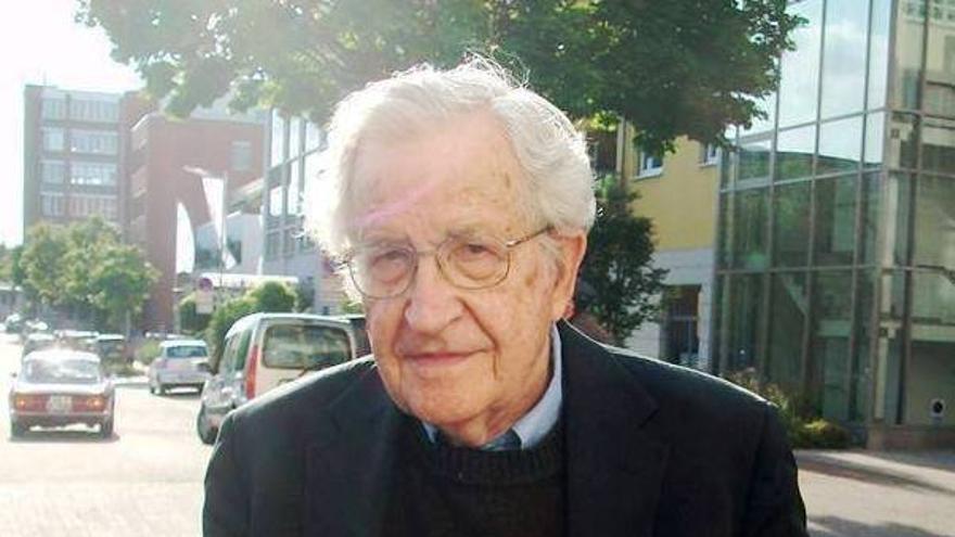 Noam Chomsky apoya que Carlos y Carmen no entren en prisión